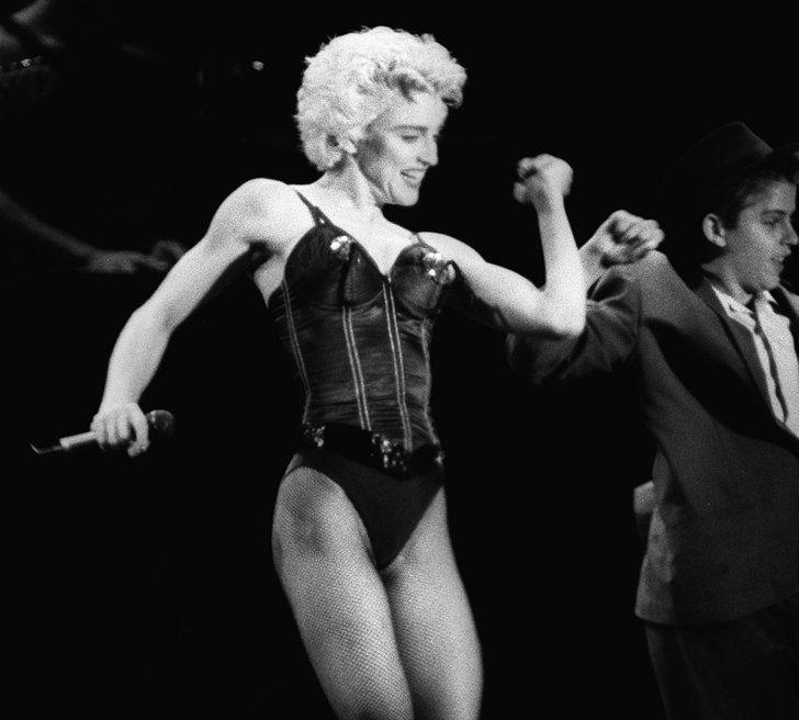 Pin for Later: De Geisha à Cow-Girl, en Passant Par Punk-Lady, Retour sur les Moments Mode les Plus Fous de Madonna  Portant un bustier créé par Jean Paul Gaultier en 1987.