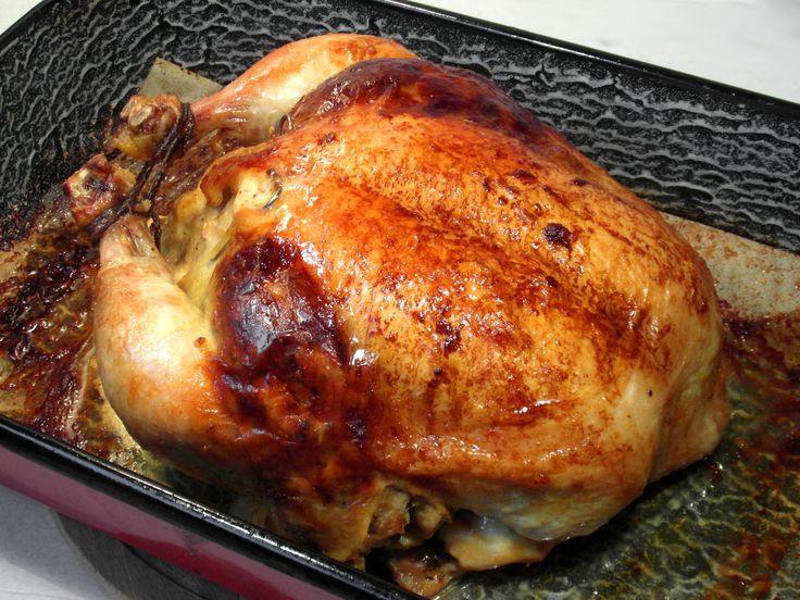Egész töltött csirke recept: Csirkét sok mindennel megtölthetünk, gombával, májjal, szívvel, hússal, gesztenyével, zöldségekkel stb… De egy mindig közös hogy a töltelékbe, tejbe vagy vízbe áztatott zsömle és tojás kerül. A zsömlétől lesz lágy, rugalmas állagú, a töltelék a tojás pedig összefogja azt. A csirkének tölthetjük a belsejét, de ha sikerül olyat találnunk a piacon, aminek rajta van a nyaka annak az a bőre alá is be tudjuk tölteni a tölteléket, ebben a receptben én is ilyet…