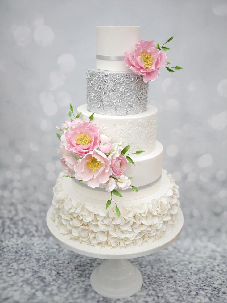 Bruidstaart met ruches kant zilver pailletten pioenrozen rozen en ranonkels.