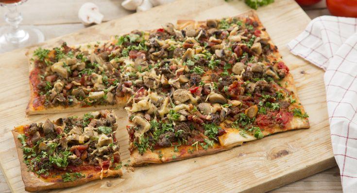 Binnen korte tijd een plaatpizza met gehakt, spekjes en champignons op de borreltafel. Ook voor een diner voor twee, bij brunch of lunch.