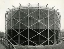 """Gasometro """"Cutler"""" dell'Officina del gas alla Bovisa, Milano. Studio 22, 24 luglio 1962,  Archivio storico fotografico Aem, Fondazione Aem, Milano"""