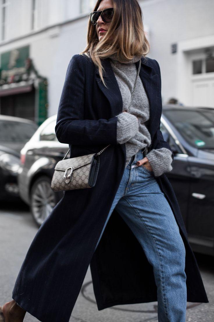 Sandra Ebert von black palms trägt einen Asos Nadelstreifen Mantel Gucci Tasche und Gucci Princetown Slipper zu einer Closed Highwaist Jeans. Streestyle Oversize Layering