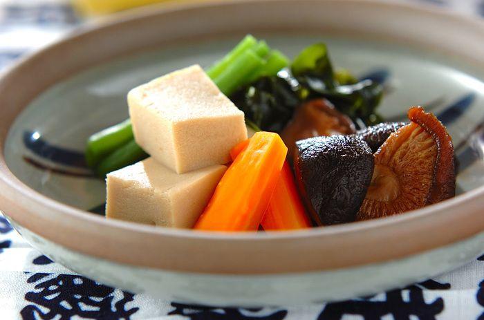 時間をかけて食材にゆっくり味を染み込ませる「含め煮」は、優しい味わいが特徴的す。含め煮にはよく乾物が用いられます。乾物がもつうま味と、そこから出る出汁を含ませた含め煮も、この機会に是非覚えておきたい和食の1つです。