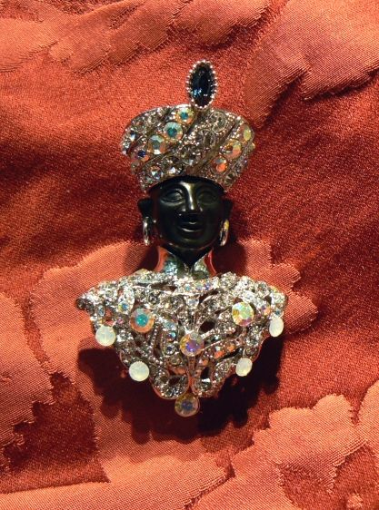 Give yourself a moretto without necessarily spending too much these Moors are very cheap but no less fascinating for their cousins precious, in gold and diamonds, the structure of this blackamoor  is gilt brass with synthetic stone heads are bakelite - Dogale jewellery >Venice Italy