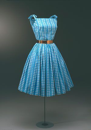Sommerkjole fra 1950'erne, syet af turkis- og hvidternet trykt bomuld med turkise striber med hvidt kniplingsmønster i stjernemønstre. (Nationalmuseet)