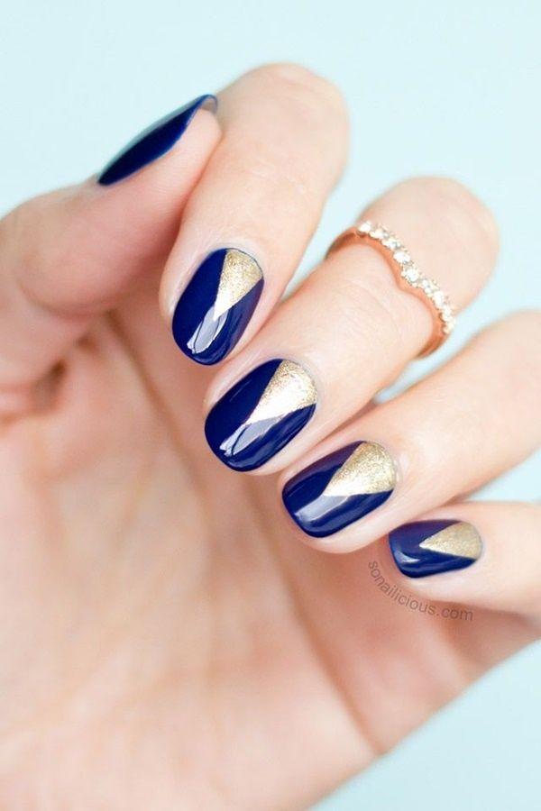 Manicura redonda tono azul con triángulo Dorado en cutícula