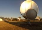 O ATA (Allen Telescope Array) é um conjunto de 42 antenas instaladas no norte da Califórnia, nos Estados Unidos, que apontam para o espaço e procuram frequências de rádio. O objetivo é encontrar possíveis tentativas de comunicação de civilizações extra-terrestre