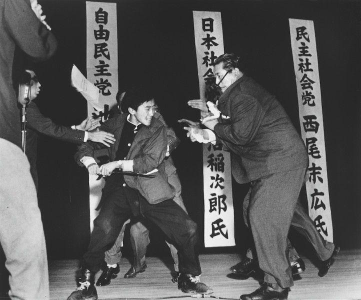 Foto por Yasushi Nagao. Un estudiante de derecha asesina aInejiro Asanuma, líder del partido comunista japonés, durante un discurso.