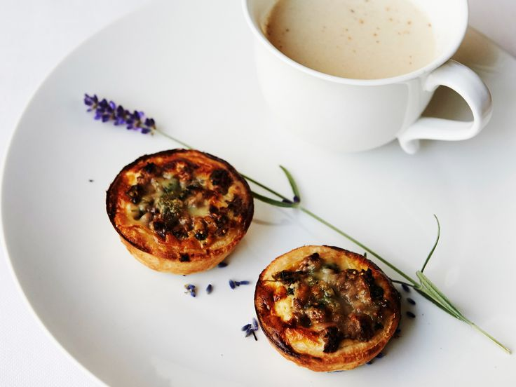 Zuppa di cipolle alla lavanda e tortino di carne macinata, fichi freschi e formaggio erborinato Lenker Berg Bleu