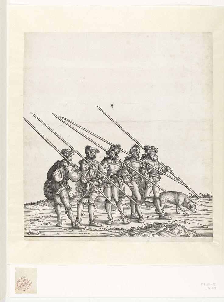 Hans Burgkmair (der Ältere) | Vijf jagers en hond bij de jacht op steenbokken en gemzen, Hans Burgkmair (der Ältere), 1483 - 1526 | Vijf jagers lopen op een rij, zij dragen verschillende voorwerpen die zij gebruiken bij de jacht op steenbokken en gemzen. Herkenbaar zijn de lansen met scherpe punten, dolken, ijssporen, haverzakken en de sneeuwschoenen. De jagers maken deel uit van de triomftocht van keizer Maximiliaan I. Naast hen loopt een hond.