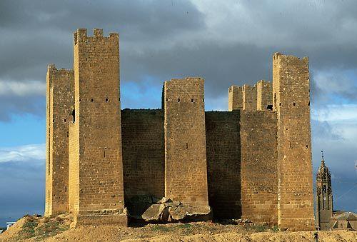 A 13km de Uncastillo, en la villa de Sádaba. El Castillo de Sádaba es de estilo bajomedieval con decoraciones cistercienses del siglo XIII.