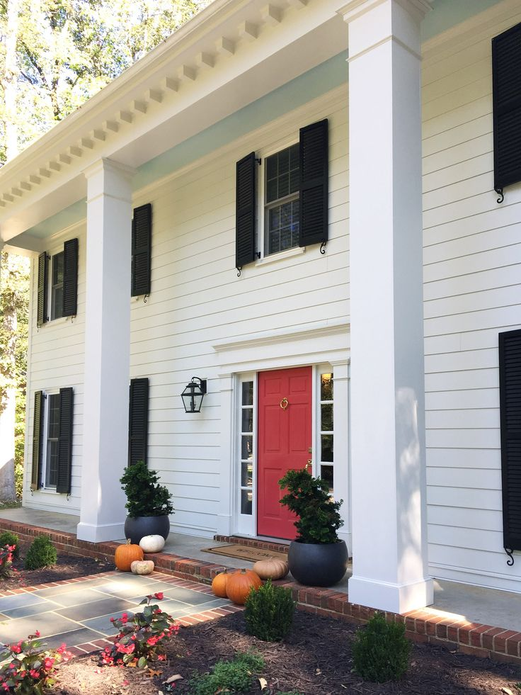 The perfect red front door color! Click through for the details! ❤