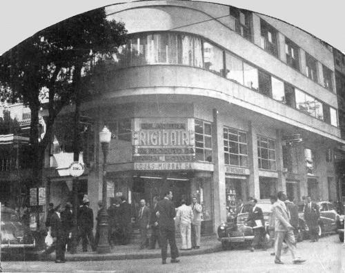 """CENTRO - LOJAS MURRAY Nesta fotografia vemos um flagrante do centro do Rio em meados da década de 50. O anúncio desta loja era assim:  """"As LOJAS MURRAY S.A. oferecem a V.S. elementos para o maior conforto de seu lar e por pouco dinheiro. Geladeiras Frigidaire / Aparelhos domésticos / Rádios e Televisão / Artigos para presentes / Cristais da Boêmia / Eletrolas / Utilidades domésticas.  Rua Rodrigo Silva 18-A (Esq. Assembléia), Tel: 22-9903""""."""