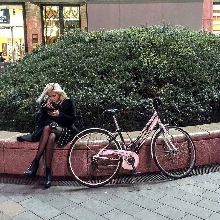 """Una sconosciuta assorta a guardare lo schermo del suo cellulare in quel di Piazza San Babila a #Milano! Grazie a @luigisutera12 per lo scatto in pieno stile #mysconosciuto!  Ti invitiamo a continuare a taggare le tue foto con #mysconosciuto per rendere le """"comparse"""" dei tuoi scatti dei veri protagonisti!  by mysconosciuto"""