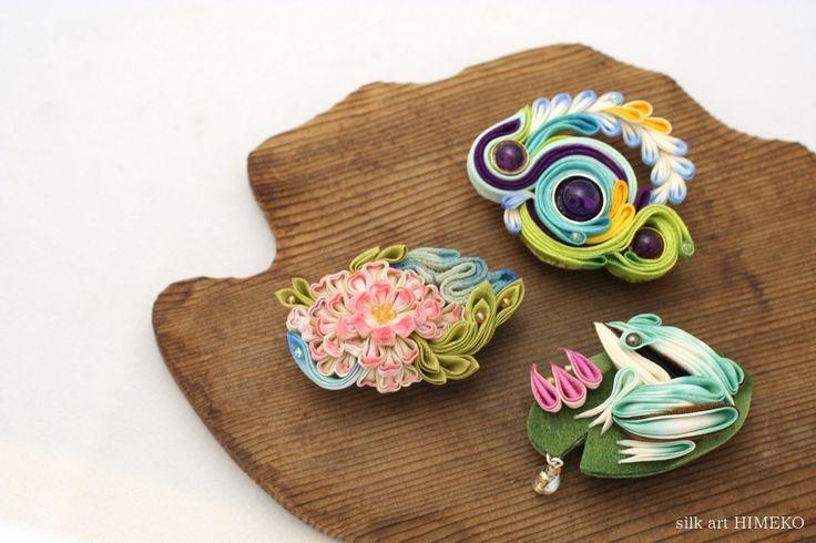 つまみ細工/帯留め「水面(water surface)」「水華(flower)」「雨蛙(tree frog)」● silk art HIMEKO facebookpage https://ja-jp.facebook.com/himekosilkart ● http://www.a-yarn.com/