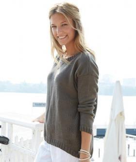 Удобный пуловер спицами для женщин, выполненный из хлопковой пряжи средней толщины. Перед и спинка пуловера вяжутся лицевой гладью в центре...