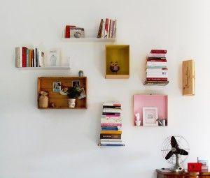 Le cassette di legno, della frutta o del vino, insieme alle mensole a scomparsa e a qualche tocco vintage riempiono lo spazio di vita quotidiana.