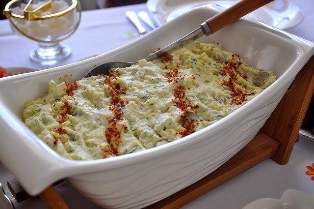 Υλικά:     5 με 6 πατάτες   1 φλιτζάνι αγγουράκια τουρσί   γιαούρτι   μαγιονέζα   άνηθο ψιλοκομμένα   μαϊντανό ψιλοκομμένο   αλάτι...