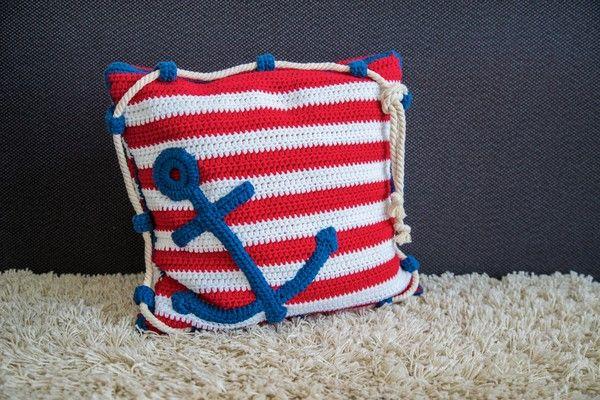 Du häkelst gern ++ magst maritime Symbole? Dann häkle Dir doch gleich ein schönes Kissen mit einem Anker drauf. Leg los mit der Wolle + der Häkelnadel.