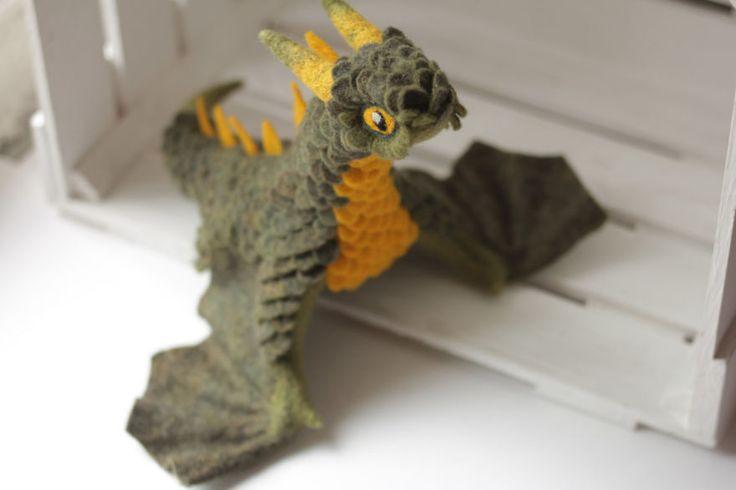 A artista russa Alena Bobrova cria esculturas de dragões adoráveis com feltro