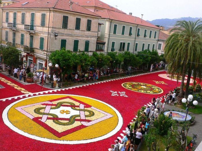 #интересное  Цветочные ковры: многометровые полотна из тысяч лепестков (9 фото)   Многие туристические путеводители рекомендуют посещать Италию в мае или июне. А все потому, что в это время по всей стране проходят многочисленные цветочные парады. Городские улиц�