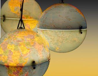 Lustre globes terrestre recyclage,lampe,détournement d'objets,upcycling,globe terrestre