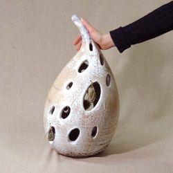 $100. 52 см. Мастер взял в руки нож, появились дыры – пустоты. Но их нужно было срочно заполнить, ведь если ПУСТОТУ не заполнить тем, что нужно, она зарастет, чем попало. Камни – окатыши с энергетикой горной Катуни, подвешенные на холщевый шпагат, идеально вписались в композицию. Но это случилось позже. Как и положено гончарным вазам их сушили, лелеяли, обжигали, декорировали глазурями, ангобами, снова обжигали.