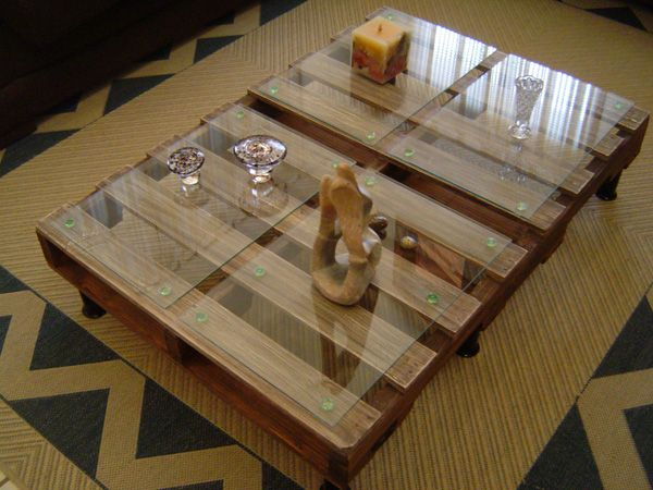 Pallet coffee table...This would be fun to sit around on floor pillows and play games with the fam...