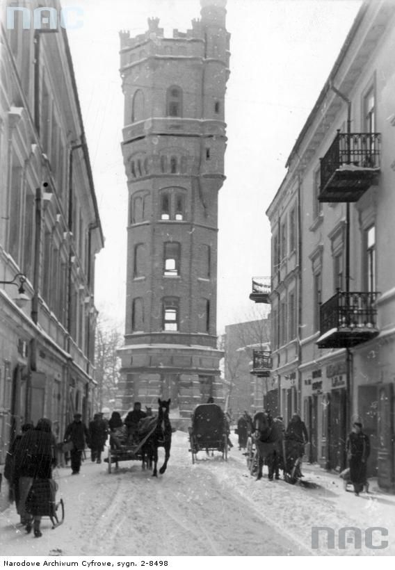 Lublin. Zaprzęgi z saniami na ulicy w pobliżu nieistniejącej już wieży ciśnień. 1940 r.  -wysokość ok. 29,5 m  -szerokość u podstawy ok. 7,8-8,0 m  - poj. 150 m3 (dla porównania wieża na Racławickich ma 2000 m3), uruchomiona 1 lipca 1899 roku.