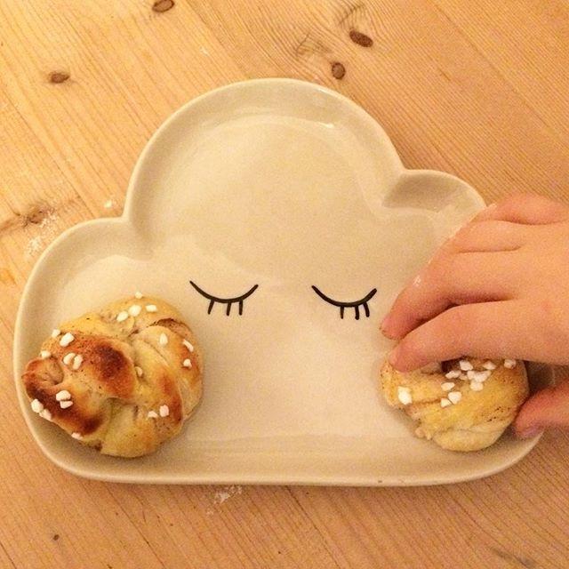 Wolkenteller mit Kanelbullar-Pausbacken. Teller von @bloomingville_interiors findet Ihr bei uns im Shop, kanelbullar bei uns im Bauch.  #nordliebe #kanelbullar #bloomingville #backen #cloud #wolkenteller #designfürkinder #skandinavischesdesign #skandinavischesdesignfürkinder