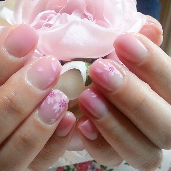 """「桜ネイルでお花見。桜よりも私の""""桜のような指先""""をみてほしいの"""
