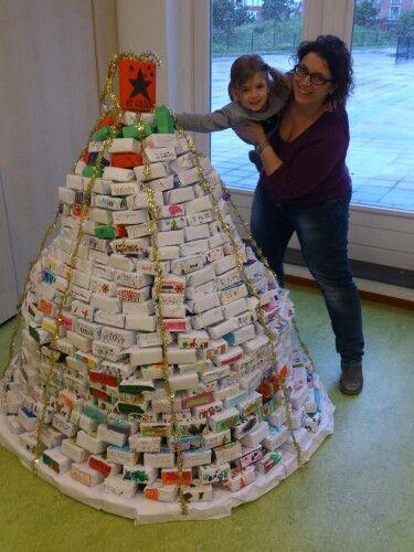 600 doosjes, versierd door school kinderen