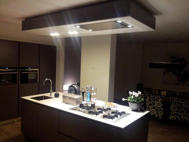 Antraciet Grijze Keuken : Antraciet grijze greeploze keuekn met zwevende kastenwand en kook