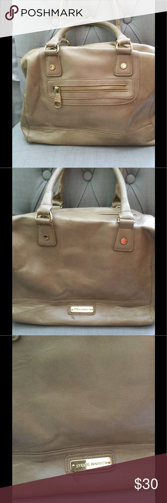 Nude Steve Madden Bag This bag is the perfect size for everyday! Plenty of room to store everything you need! There is a small mark next to the Steve Madden label which is pictured. It also has a detachable strap to make it into a shoulder bag! Steve Madden Bags Shoulder Bags