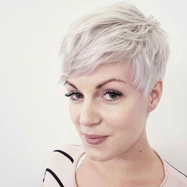 Versla die herfstdip en kies voor een compleet nieuwe look in een blonde kleur. - Kapsels voor haar
