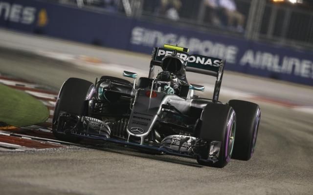 Formule 1: suivez le Grand Prix de Singapour en direct -                  L'Allemand Nico Rosberg (Mercedes) démarre en pole du GP de Singapour, disputé dans la nuit, sur le circuit de Marina Bay, devant Daniel Ricciardo (Red Bull) et Lewis Hamilton (Mercedes).  http://si.rosselcdn.net/sites/default/files/imagecache/flowpublish_preset/2016/09/18/1076727994_B979735418Z.1_20160918130407_000_G437KLI6D.3-0.jpg - Par http://www.78682homes.com/formule-1-suivez-l