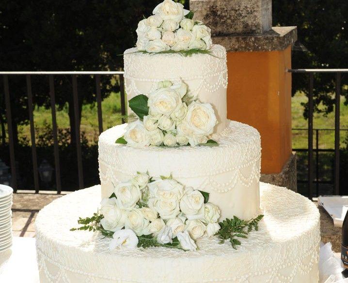 La regina delle torte nuziali: un trionfo di fiori candidi e decori candidi. Unica wedding cake! creata dagli chef della #maan #weddingcake #cateringroma