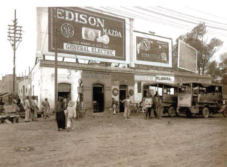 Calzada de los Misterios y Calzada de la Ronda, Ciudad de México, con una vista de los ─Anuncios Espectaculares─, en el año de 1926.