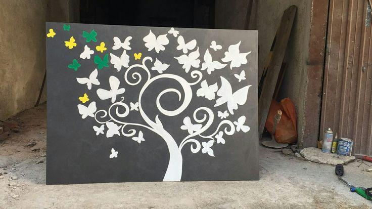 Pannello #dipinto a mano con pennello tempere ad acqua rappresenta un albero con delle #farfalle. Questo pannello in #mdf fa parte del #bancone #negozio #abbigliamento #ecosostenibile