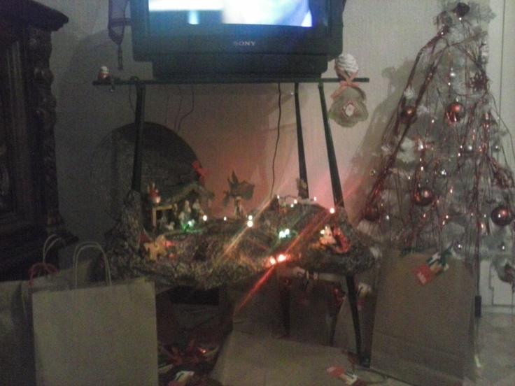 Presepe + albero di Natale + regali!  Personaggio insolito che aleggia e sorveglia dall'alto: non è Babbo Natale, ma il Gufo Natale ;)   Ecco il mio #ShareYourChristmasTree