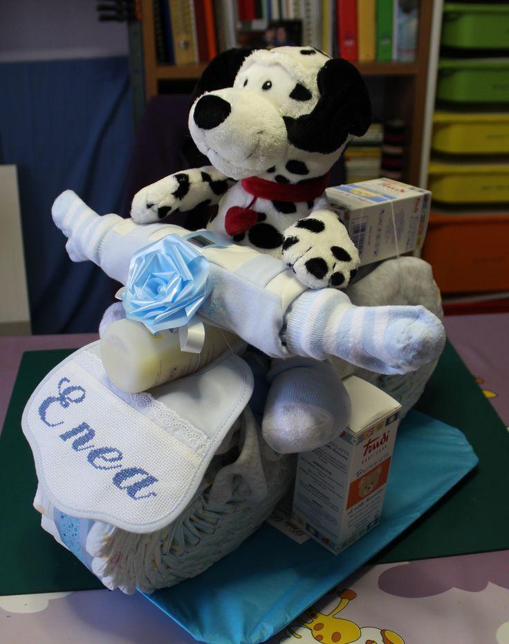 Nascita: una moto di pannolini con tanti prodotti e una stand up card come idee regalo per fare i nostri auguri al piccolo nato.
