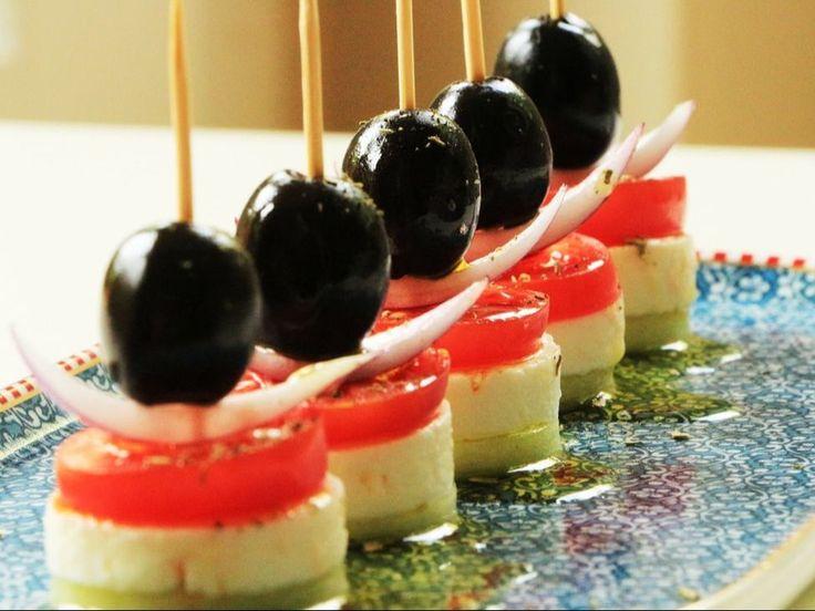 """Салат """"Греческий""""  Благодаря тому, что """"хориатики"""", или """"деревенский салат"""", как его называют на родине, низкокалориен, но достаточно сытен, полезен да и просто красочен, он стал одним из самых популярных салатов в мире. Однако каждая страна и ресторан интерпретируют блюдо по-своему: кто добавляет салатные листья, кто редис, а кто - анчоусы и даже свеклу. Но что должно быть безоговорочно, так это огурцы, сыр, маслины, лук, орегано и оливковое масло - ингредиенты, которые знали еще древние…"""