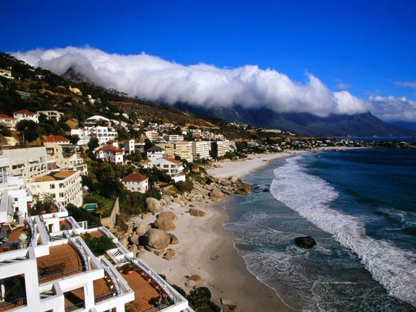 Seaside Resort di Clifton. The seaside resort of Clifton, near Cape Town, hugs the western slope of Table Mountain. Photograph by Steve McCurry