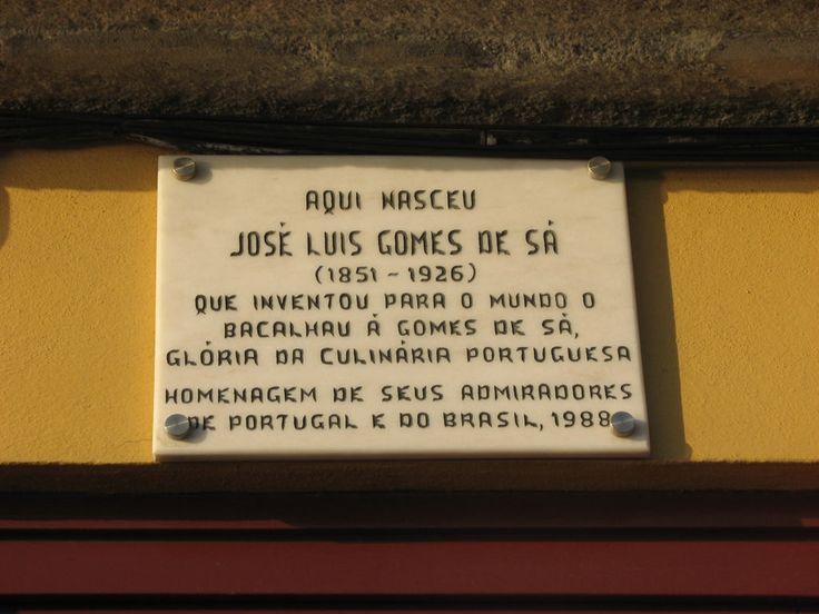 Ken je het Portugese gerecht Bacalhau à Gomes de Sá? Dit kabeljauw recept uit Porto is ooit bedacht door José Luís Gomes de Sá. Ter nagedachtenis aan hem en aan zijn kabeljauwgerecht, hangt er een bordje aan de voorgevel van het huis waar hij in 1851 is geboren. #kabeljauw #recept #Portugal