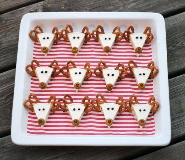 Transformeer Lachende Koe kaas wiggen in rendieren. | 41 Adorable Food Decorating Ideas For The Holidays