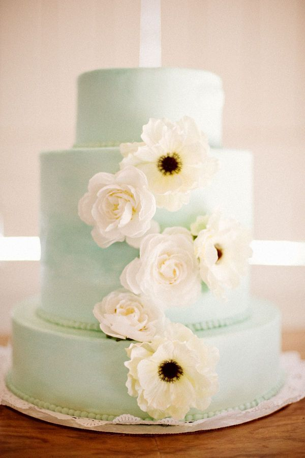 mint wedding, mint cake, wedding cake. Not these colors. Love how its plain but beautiful.