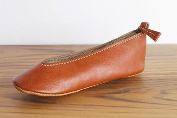 <靴型ペンケース>  実際に革靴屋さんで働いていたという作家さんが作られた靴型ペンケース。使われているのは上質なイタリアンレザーです!上品で可愛らしいですね。