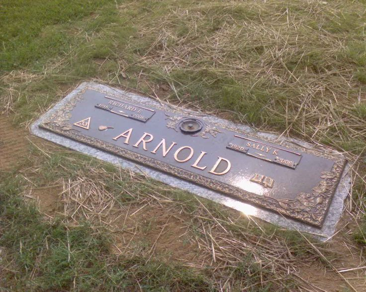 Eddy Arnold (1918 - 2008) Richard Edward Arnold (more commonly known as Eddy Arnold) was an American Country singer. Nicknamed the Tennessee Plowboy, he made records for RCA and MGM, and is widely considered one of the most popular country singers of all time.