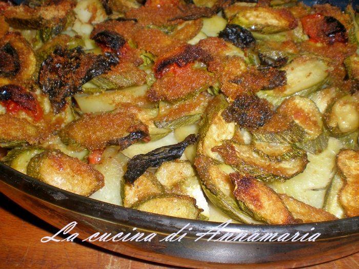 PARMIGIANA DI PATATE E ZUCCHINE - Qui la #ricetta #BlogGz: http://blog.giallozafferano.it/lacucinadiannama/parmigiana-di-patate-e-zucchine-ricetta-leggera/ #GialloZafferano #parmigiana #zucchine #verdure