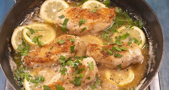 Πεντανόστιμο λεμονάτο κοτόπουλο με σκόρδο σε κρεμώδη σάλτσα. Συνοδέψτε το με πέννες, πασπαλίστε το με φρέσκα φύλλα μαϊντανού και απολαύστε ένα υπέροχο γεύμ